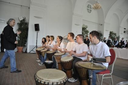 Die Trommelgruppe der Schwerhörigenschule in Wien 22,  Geleitet von Herrn Wolfgang Auly, sorgt diese tolle Darbietung für gute Laune.