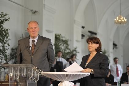 Martina Rupp moderiert die Veranstaltung  Bernd Querfeld, Obmann der Fachgruppe Kaffeehäuser,  begrüß Teilnehmer und Gäste