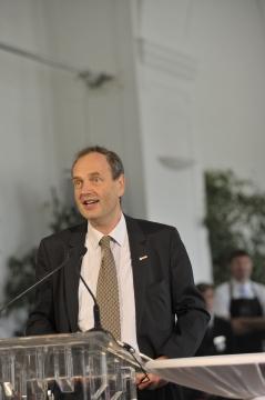 In Vertretung von Präsident Dr.Christoph Leitl eröffnet  Vizepräsident Dr.Paulus Stuller die Veranstaltung,  der Patronanz die WKO übernommen hat.