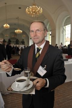 FOL OSR Wilhelm Gutmayer wird die Ehrenmitgliedschaft des  Instituts für Kaffee-Experten-Ausbildung verliehen.