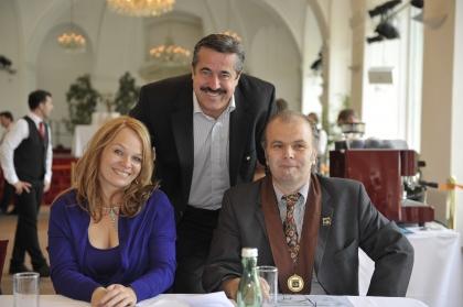 Auch Chef-Dipl.Kaffeesomm.Hans Martin Simon, rechts im Bild,  wird die Ehrenmitgliedschaft des Instituts verliehen.  Neben ihm Frau Christina Hummer und Herr Siegfried Kröpfl.