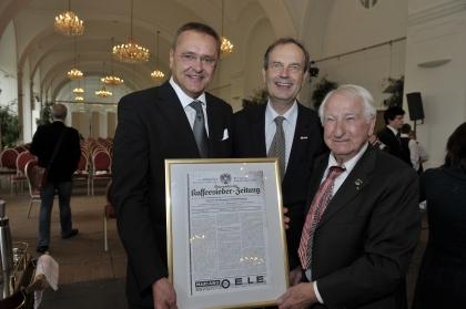 KR Maximilian Platzer, Obmann des Clubs der Kaffeehausbesitzer,  wurde von Prof.Leopold J.Edelbauer das Titelblatt der Österreichischen Kaffeesieder-Zeitung vom 16.Februar 1936 überreicht.