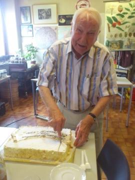 Prof. J. Edelbauer schneidet die Torte an.
