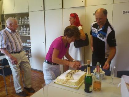 Fr. FSOL Ing. Anna Detschmann und Hr. Oliver Groissböck übernehmen dann das Austeilen der Torte.  Hr. Prof. L. Edelbauer plaudert mit Fr. Sabine Fürst.