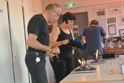 Auch beim Rösten Fr. C.Jurka Serak und Hr. H.Jurka Serak.  Im Hintergrund wird noch verkostet.