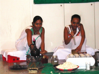 Meron und Rachel aus Äthiopien bei der Kaffeezeremonie.