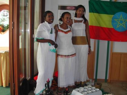 Sanait, Rahel und Meron, in äthiopischen Kleidern, führen die Kaffeezeremonie vor.
