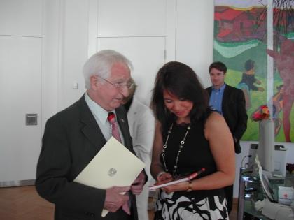 Prof.Edelbauer überreicht Frau Dr.Brandsteidl sein Kaffee-Buch
