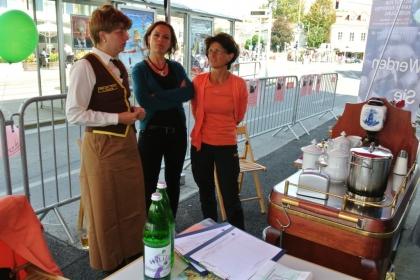 Am Sommelierwagen wird Kaffee ausgeschenkt!  Fr. Dr. Alexandra Suchomel; Fr. Sandra Howanietz und Fr. FSOL Ing. Anna Detschmann