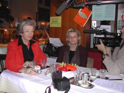 Frau Komm. Rat Christl Sedlar wird interviewt