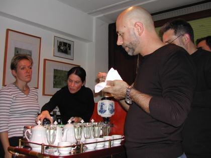 Manuela Cebulla, Manuela Brandt, Hilmi Sögüt und Kollegen verkosten Spezialrezepte vom Kaffeesommelier-Wagen