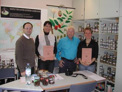 Prüfer Richard J.Heschl (ganz links) und Prof.Leopold J.Edelbauer übergeben die Diplome an Gerlinde Mock und Manuela Cebulla