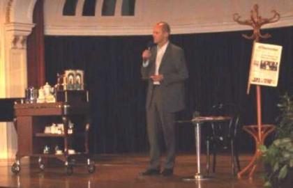 Dr. Peter Resetarits führt durch den Abend