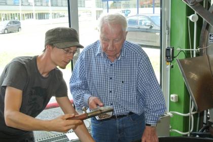 Prof. Leopold Edelbauer mit dem Dipl.Kaffee-Somm. und Röster Ch.Hellermann bei der Begutachtung der richtigen Röstfarbe.