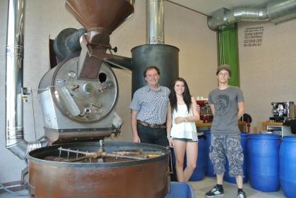 Hr. Gf. Meschnark mit seiner Tochter und seinem Röster, Hr. Dipl.-Kaffee-Somm. Ch. Hellermann