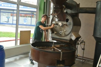 Hr. Dipl.Kaffee-Somm. Ch.Hellermann mit dem 30kg SWADLO-Röster