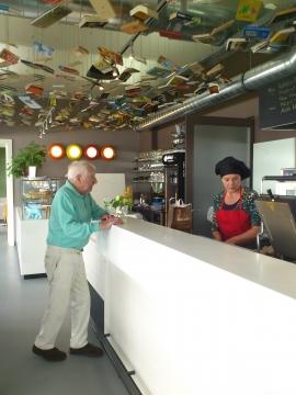 Hr. Prof.L.Edelbauer mit der Chefin des Hauses, Frau Karin Kraml, beim Kochen.