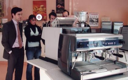Teilnehmer besichtigen Expressomaschinen bei mks