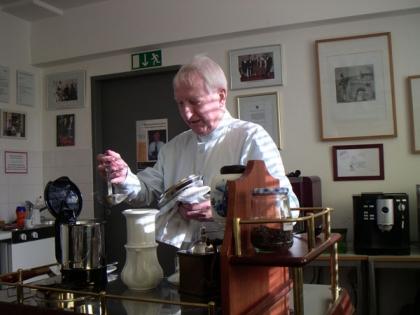 Prof. Leopold J.Edelbauer legt besonderen Wert auf die praktische Ausbildung.  Er demonstriert die Zubereitung mit der Karlsbader Kanne.