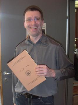 Herr Johann Raffetseder aus Leoben freut sich über die bestandene Prüfung und sein Diplom.