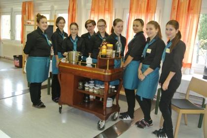 Schülerinnen des 3. Jahrgangs der Fachschule Andorf, die sich der Kaffee-Kenner-Prüfung stellen.