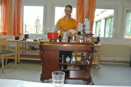 ... und nun gießt Fr.Julia Daurer das frisch gemahlene Kaffeepulver auf.