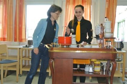 Fr.Dipl.-Päd. Ing. Anna Detschmann schaut ihrer Schülerin Julia Fuchs beim Rezepte machen über die Schulter