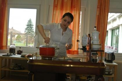 Katja Haslinger kocht das Wasser für weitere Rezepte.