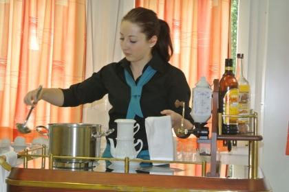 Baumgartner Lisa beim Wasserschöpfen