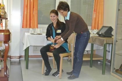 Frau FSOL Ing. Anna Detschmann prüft die Mahlung der Schülerin Viktoria Bauböck