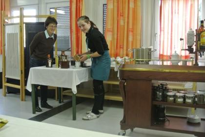 Schülerin Martina Grübler füllt das gemahlene Kaffeepulver in den Porzellanfilter.