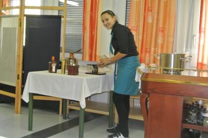 Paschl Jessica beim Einwiegen der Bohnen.