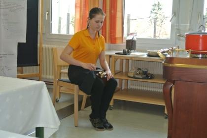 Frau Julia Daurer mahlt die Kaffeebohnen mit der Handmühle