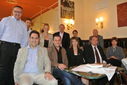 Hinten stehend (v.l.n.r.):  Hr.Komm.Rat. Maximilian K. Platzer, Hr.Mag. Bernhard Krumpel, Fr.Christina Hummel, Hr. FOL Dipl.Päd. Wilhelm Gutmayer, Fr.Karin Weidinger-Strasser, Hr.Prof. Leopold J. Edelbauer   Vorne sitzend (v.l.n.r.):  Hr. Mag. Rainer Staub; Hr.Iseni Xhandet; Fr.Monika Hauswirth; Hr.Markus Madar, MAS; Fr.Dr. Alexandra Suchomel