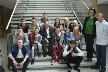 Hr. Chef-Kaffee-Sommelier und Vizepräsident Heschl (mitte) mit seiner Klasse.