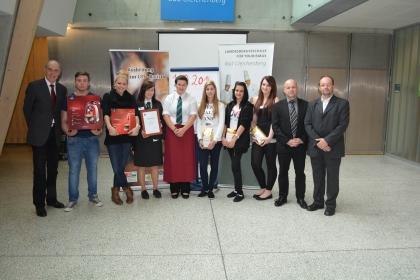 Die glücklichen GewinnerInnen mit Hr. Direktor Schellnegger (links außen) und den Lehrern, Hr. Hochrainer und Hr. Heschl (rechts außen).
