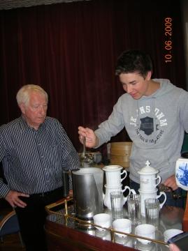 Bei der Zubereitung mit der klassischen Karlsbader Kanne wird händisch aufgegossen.