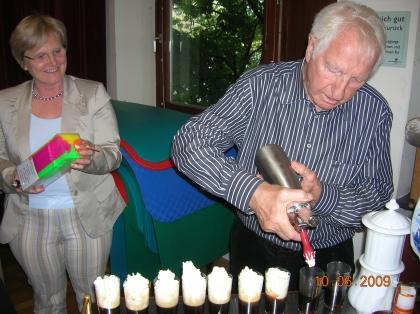 Die Exkursion war ein voller Erfolg. Dipl.Päd.Eleonore Ludwig und Prof.L.J.Edelbauer sind zufrieden.  Zum Abschluß gibt es für alle ein Melange Orangina.