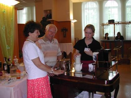Frau Direktorin Pasteka und Prof.Edelbauer mit  Prüfling Vanessa Blocher am Kaffeesommelier-Wagen