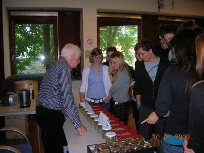 Die interessierten Schüler lernen Rohkaffee optisch zu erkennen.