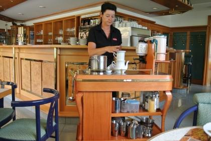 Chef.Diplom-Sommelière Manuela Bauer bereitet Kaffee mit der Karlsbader Kanne