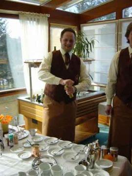 Peter Steininger mahlt mit der türkischen Kaffeemühle