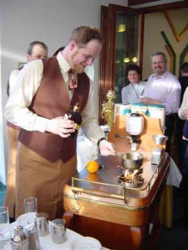 Peter Steininger arbeitet am Kaffeesommelier-Wagen