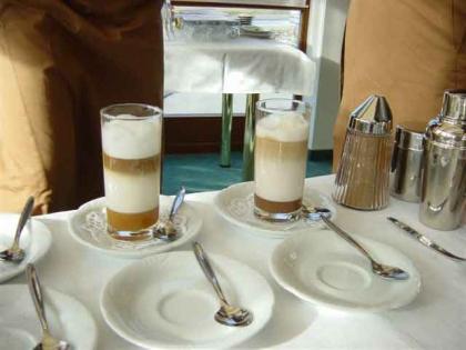 frisch zubereitet Kaffee-Spezialitäten
