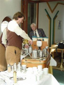 Arbeit am Kaffeesommelier-Wagen