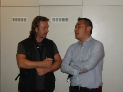 Kameramann Stasic bespricht sich mit dem Chef des Teams Jun Takahashi