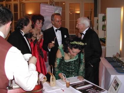 Auch auf dem Kaffeesiederball bemühte sich Prof.Edelbauer um Unterschriften für die Aktion zur Kaffeekennzeichnung