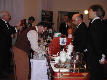 Viele interessierte Ballbesucher bei den Kaffeesommelierwagen