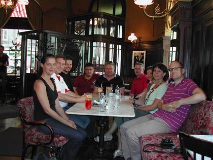 Die erfolgreichen Absolventen erholen sich nach der Kursabschlussprüfung im Café Sperl.