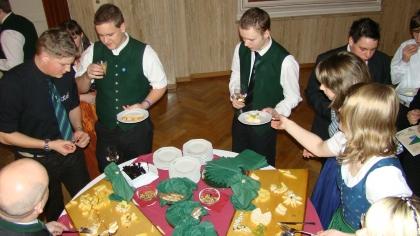 Nach der Diplomverleihung labt man sich mit Köstlichkeiten, hergerichtet von den Schülern